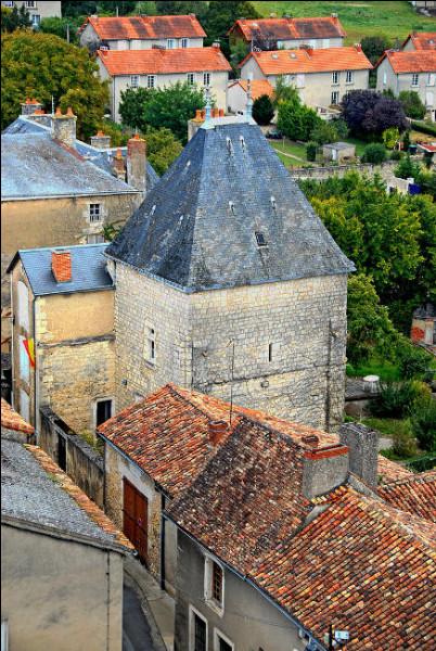 Notez le château de Flin (XIIe et XVIe s.), dont la tour et le corps de logis sont aujourd'hui hantés !