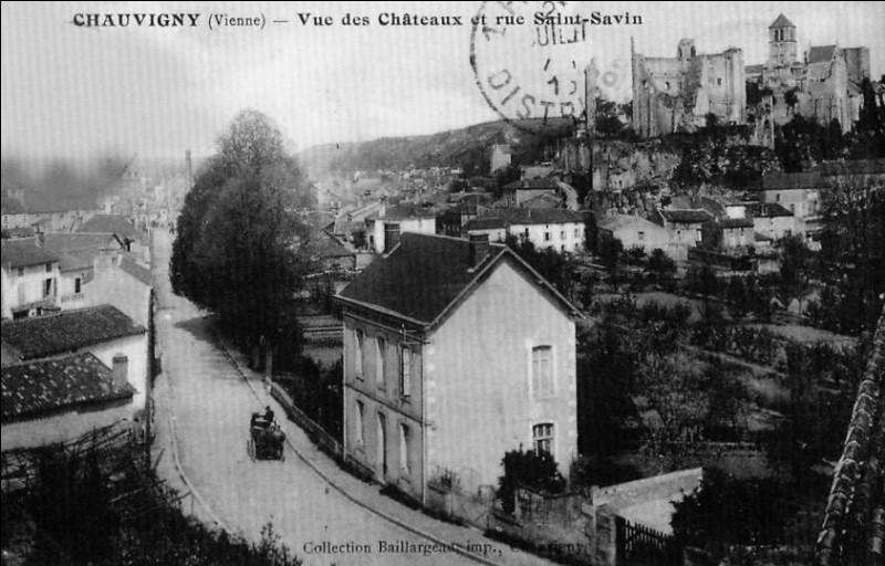 """XVIIe et XVIIIe > Durant les périodes de ... puis ..., un marquis (celui de la Roche-Posay) pille et incendie la ville, un duc l'en chasse : la ville """"fait carrière"""" à la Révolution !"""