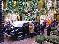 """Cette Cadillac 62 cabriolet de 1938 baptisée """"Taxi pluvieux"""" est exposée dans un musée espagnol. Qui en est le créateur ?"""