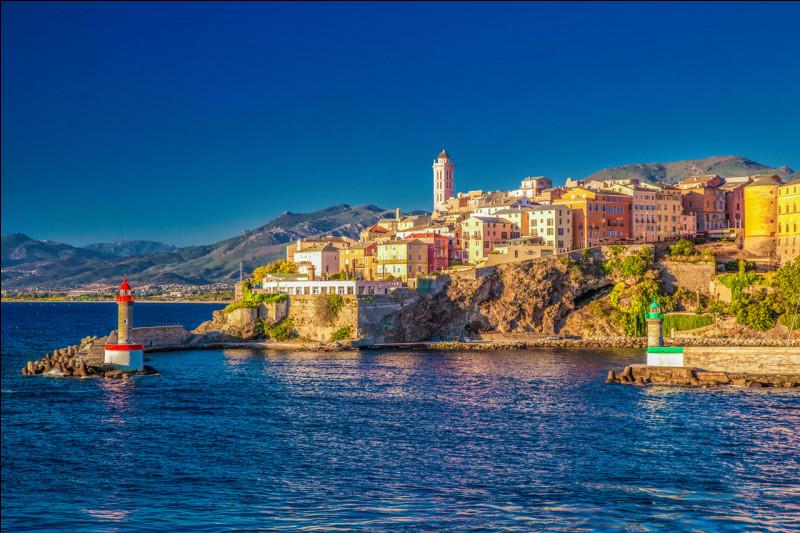 Et terminons notre voyage bien évidemment avec la Corse ! Perle de la mer Méditerranée, c'est également la plus grande île de France métropolitaine. La Corse est divisée en deux départements. Avec ses montagnes, ses forêts, ses plages... Elle ravira tous les voyageurs en quête d'îles ensoleillée. L'île de Beauté mérite donc bien son nom ! Mais quelle est sa capitale ?