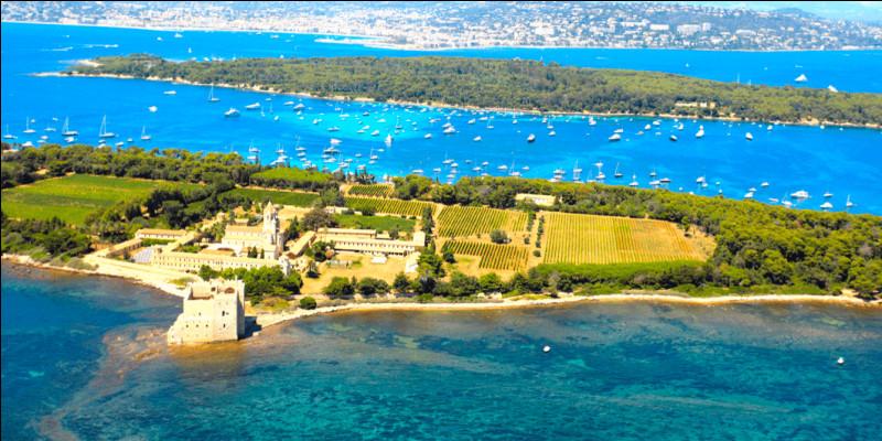 Nous partons maintenant à l'autre bout de la France, cette fois-ci pour satisfaire notre soif d'archipel méditerranéen aux eaux turquoises. Nous nous rendons donc dans les îles de Lérins, au large de Cannes ! Pourriez-vous me dire combien d'îles y a-t-il dans l'archipel, et aussi me citer l'une d'entre elles ?Indice : __________ d'Autriche