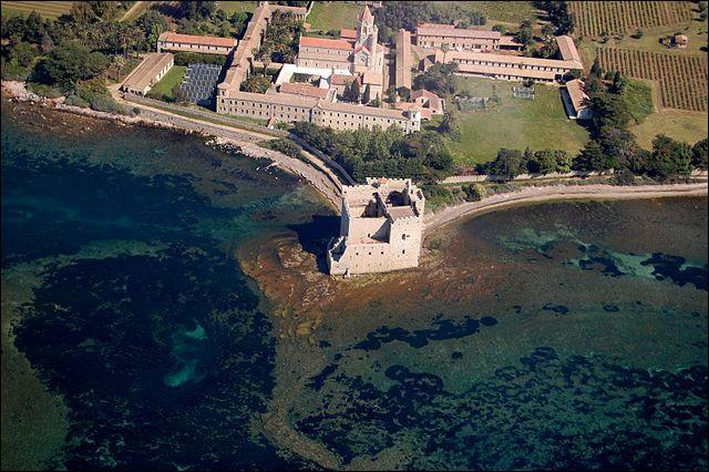 """La """"Lérina"""" est une liqueur de plantes élaboré par les moines de l'abbaye de Lérins, île de la baie de ..., depuis le 19é s. En ce lieu fut fondée l'un des 1er monastère de France, vers ..."""
