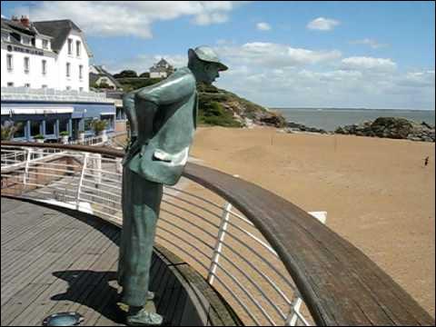 Il y a même une statue pour marquer l'endroit où M. Hulot se penche, dans le film !