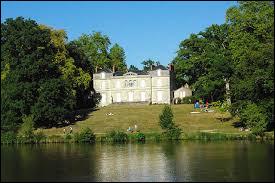 Ce parc abrite des hêtres pourpres, des chênes, des platanes, des cèdres, des châtaigniers et des épicéas dont certains sont plusieurs fois centenaires.