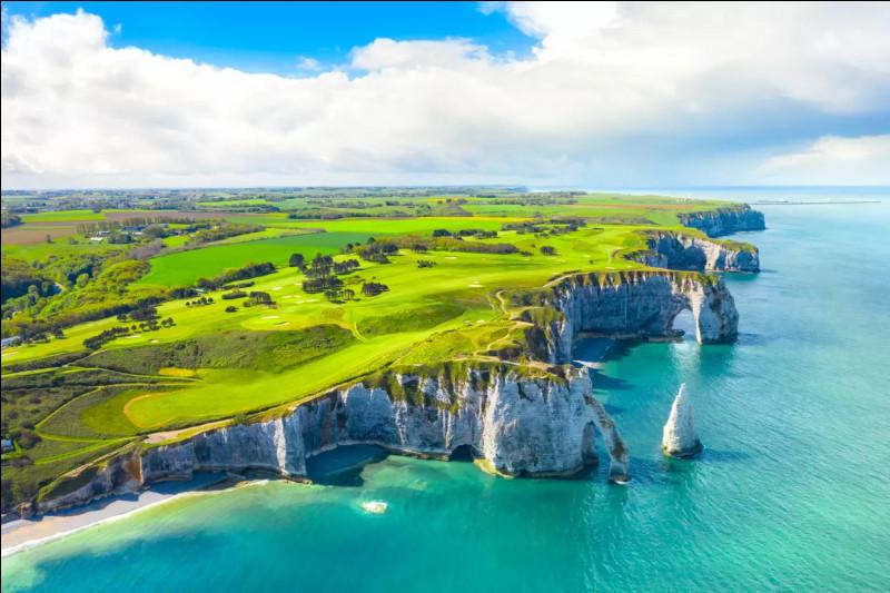 Irlande - Notre nouvelle étape de voyage se dessine autour des fameuses et des renommées falaises d'Étretat, en Normandie. Elles offrent des paysages typiquement irlandais. Près de quelle grande ville normande se situent ces falaises ?Indice : la ville où la Seine rejoint la Manche.