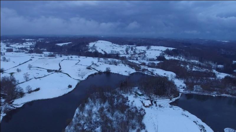Finlande - Nous terminons notre voyage avec un paysage digne d'un pays scandinave. Nous partons donc au Plateau des Milles étangs. En hiver, il est absolument sublime ! Dans quelle région se trouve ce plateau, donc les lacs ressemblent à ceux de Finlande ou du Canada ?Indice : la préfecture de son département est Vesoul.