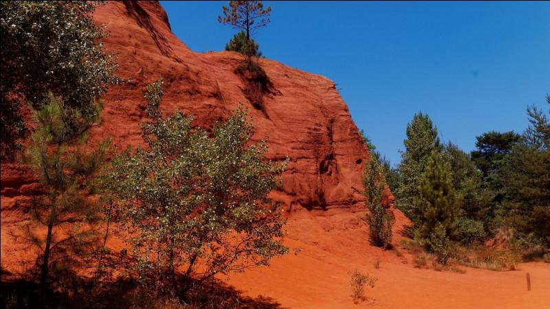 Démarrons notre voyage un peu spécial : nous allons découvrir des pays étrangers tout en restant en France ! Bonne chance, et amusez-vous !Colorado, États-Unis - Direction donc les ocres de Rustrel, associées à Monument Valley ! Dans quels états des États-Unis se situe ce-dernier ?