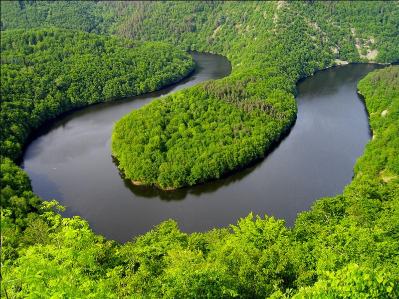 Fleuve Amazone, Brésil - On s'y croirait presque, mais nous sommes près les méandres du Queuille, dans le Puy-de-Dôme. En parlant de ce fleuve d'Amérique du Sud, pourriez-vous me dire combien de pays il traverse et lesquels ?Indice : sa capitale est Bogota.