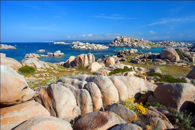 Seychelles - Direction maintenant la mer Méditerranée pour partir à la découverte d'un archipel encore méconnu : celui des îles Lavezzi, en Corse ! Certains récifs de celui-ci comportent de gros rochers, semblables à ceux que l'on peut rencontrer aux Seychelles. Combien d'îles composent l'archipel de ce pays d'Afrique ?Indice : le numéro du SAMU social, en France.