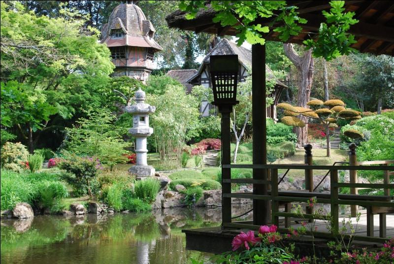 Japon - Nous continuons notre aventure avec le parc oriental de Maulévrier près du village éponyme, dans le Maine-et-Loire. Ce grand et magnifique jardin japonais a une particularité, laquelle ?