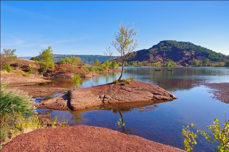 Australie - Et maintenant, nous allons découvrir en France des paysages que l'on pourrait trouver en Océanie. Commençons avec le lac de Salagou, dans l'Hérault. Ses roches rouges ressemblent beaucoup à celles du mont Uluru. Mais comment s'appellent respectivement celle du lac du Salagou et celle de cet inselberg ?