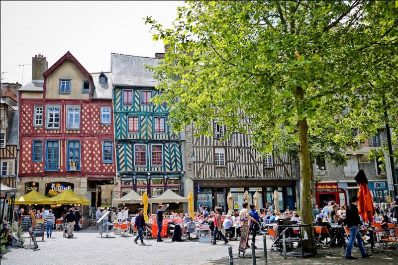 Cette place est la Place Sainte-Anne. Savez-vous dans quelle ville elle se trouve ?
