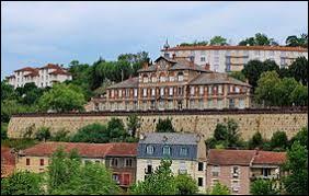 Notre balade commence en Occitanie, à Aubin. Ville de l'arrondissement de Villefranche-de-Rouergue, elle se situe dans le département ...