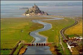 Quel fleuve, faisant office de frontière naturelle entre la Normandie et la Bretagne, se jette dans la baie du Mont-Saint-Michel ?