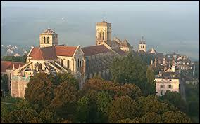La commune de Vézelay, dans l'Yonne est dominée par la basilique ...