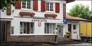 Que peut-on voir souvent sécher sur les façades des maisons d'Espelette, dans le Pays Basque ?