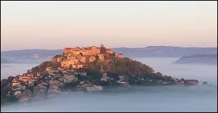 Quel est le nom de cette commune Tarnaise, dominant la vallée du Cérou ?