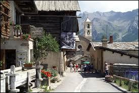Laquelle de ces propositions concernant le village de Saint-Véran, dans les Hautes-Alpes, est vraie ?
