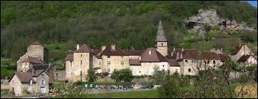 Dans quel département se trouve le village de Baume-les-Messieurs, classé parmi les Plus Beaux Villages de France ?