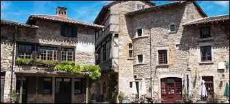 Dans quelle région se situe le village de Pérouges ?