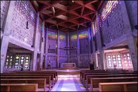 Vue de l'extérieur, l'église Saint-Rémi de Baccarat peut surprendre. Et ce n'est rien comparé aux 800 m² de vitraux fait en ...