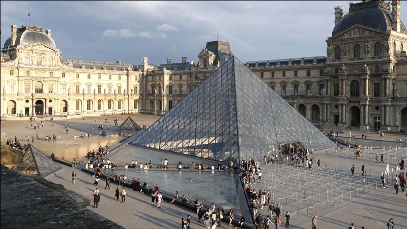 Ah le Louvre et les Asiatiques une longue histoire d'amour ?Le Louvre est certainement le musée le plus connu du monde !Mais avant d'être un musée c'était un château, jusque là tout va bien ?J'y viens !La pyramide de verre a-t-elle toujours existé ?