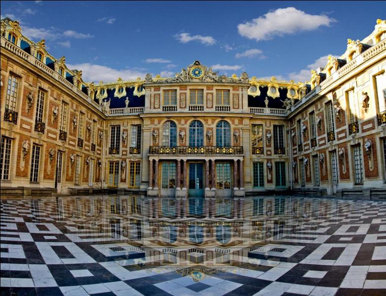 Le palais de Versailles, celui du Roi Soleil, vous le connaissez certainement ? On se rappelle qu'on a appris que c'était un ancien pavillon de chasse !Une ville porte-t-elle le nom du château ?