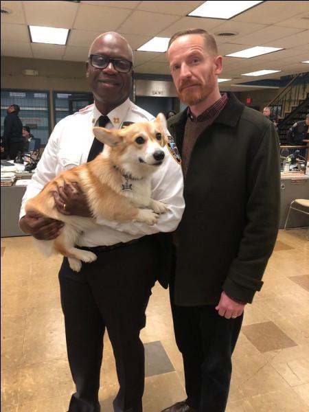 Comment s'appelle le chien du capitaine Holt ?