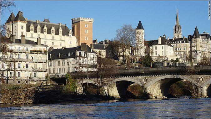 Pour terminer ce quiz, partons dans le sud-ouest de la France. Le département des Pyrénées-Atlantiques contient plusieurs villes balnéaires (Bayonne par exemple) mais sa préfecture est un peu plus éloignée de l'Océan Atlantique. Quelle est-elle ?