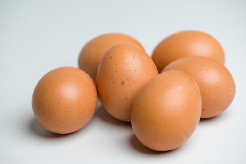 Dans un œuf de poule frais, entier et cru, quel est l'élément largement majoritaire qui le compose de 75,8 g sur 100 ?