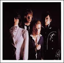 Chanteuse-rockeuse-guitariste et leader à voix de velours, Chrissy Hynde est américaine, mais c'est l'Angleterre (et aussi la France) qui a vu ses débuts en ... 1978 ! Quel est ce groupe ?