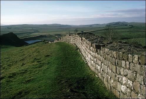 Comment appelle t on aussi le mur d'Hadrien