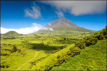 Ce volcan est le point culminant des Açores, avec une altitude de 2 351 mètres. Quel est son nom ?