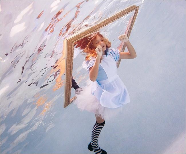 «De l'autre côté du miroir» est la suite de quelle histoire célèbre ?