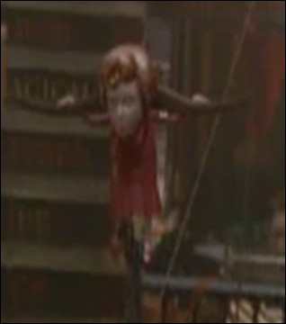 Dans le film HP 6, on voit une figurine d'elle dans la boutique des frères Weasley, mais que dit-elle ?