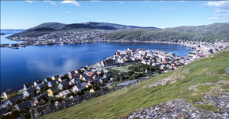Toujours plus haut, notre bateau accoste à Hammerfest. Cette ville d'environ 12 000 habitants peut se vanter d'un record. Lequel ?