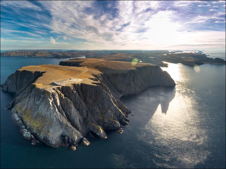 Nous atteignons désormais le point le plus au nord de notre itinéraire, la petite ville de Honningsvåg, au sud de l'île de Magerøya. Traversez cette île du sud au nord à travers la toundra et vous atteindrez le cap Nord. À quelle hauteur cette célèbre falaise culmine-t-elle ?