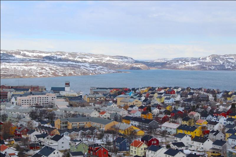 Même si nous avons atteint l'extrême nord, l'Express Côtier ne s'arrête pas là. Poursuivons vers l'est en longeant la côte nord de la Norvège et redescendons quelque peu vers le sud pour atteindre Kirkenes, point final de ce magnifique itinéraire, située à seulement 7 kilomètres de la frontière entre la Norvège et :
