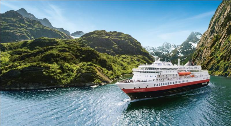 Cette liaison maritime parcourt toute la côte ouest et nord de la Norvège et relie 34 ports sur 2 700 kilomètres. Quel était l'objectif premier de ce réseau mis en place en 1893 ?