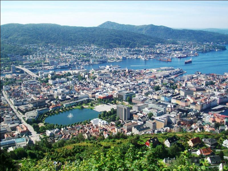 Après ces quelques bases, l'heure est venue d'embarquer. Quel port, deuxième ville de Norvège et ancienne cité hanséatique, est le point de départ sud de l'itinéraire ?