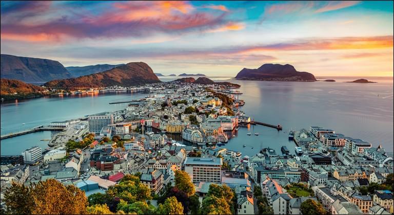 Après un peu plus de 200 kilomètres vers le nord, nous arrivons dans une ville totalement ravagée par un incendie en janvier 1904 et reconstruite ensuite en style art nouveau. Quelle est cette ville, considérée comme la plus belle de Norvège ?
