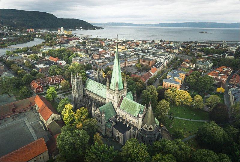 Parcourons encore 200 kilomètres environ vers le nord et nous atteignons la troisième ville de Norvège, ancienne Nidaros, connue pour son immense cathédrale, grand lieu de pèlerinage dans les premiers siècles de la christianisation de la Scandinavie. Quelle est cette ville ?