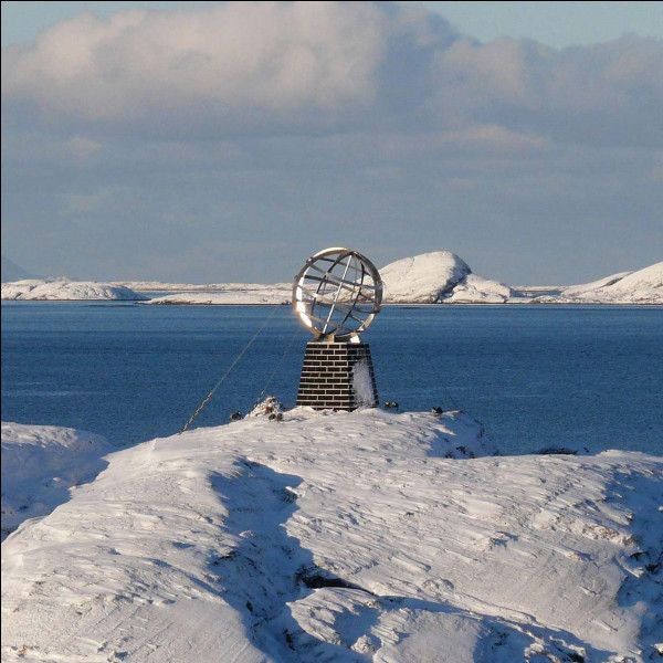 Continuons vers le nord et nous atteignons le cercle polaire arctique. À combien de degrés de latitude nord se situe-t-il ?