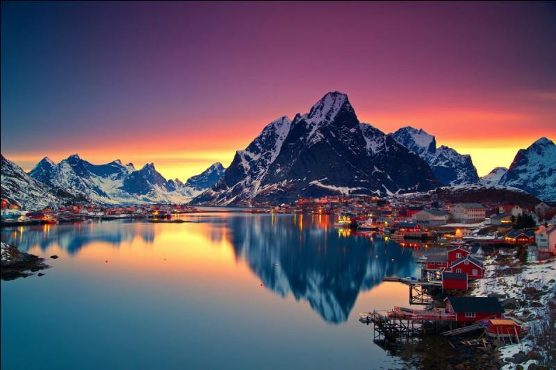 Toujours plus au nord, nous arrivons à Svolvær, capitale d'un célèbre archipel, connu pour la splendeur de ses paysages de montagnes et pour ses petites cabanes de pêcheurs rouges, les rorbuer. Ces sommets à pics comptent parmi les plus anciennes montagnes du globe. Bienvenue aux îles :
