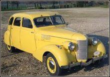 Revenons en France avec cette automobile nommée Dauphine. Son constructeur est plus connu pour avoir produit des véhicules lourds. Quel est son constructeur ?