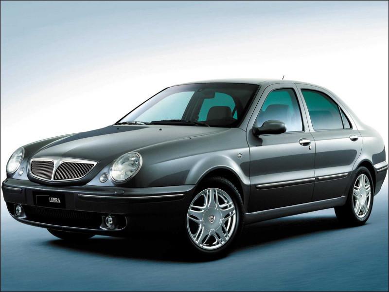 Ce constructeur italien représentait le haut de gamme du plus grand groupe automobile italien. Quel constructeur a produit la Lybra ?