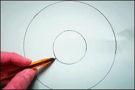 Ensuite vous _______ deux disques sur un morceau de carton qu'il faudra découper.
