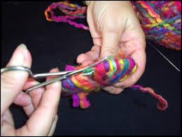 On arrive à l'étape délicate qui demande un peu de _______ .Il faut maintenir la laine au centre et découper la laine à l'extérieur entre les disques.