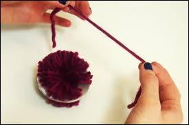 Sans _______ le centre, vous passez un bout de laine entre les disques, vous serrez puis vous faîtes un noeud.