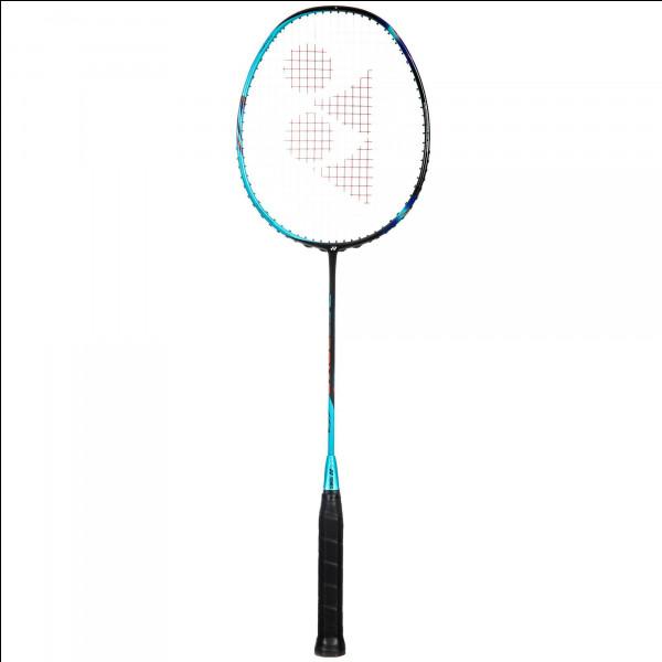 Quel est le poids approximatif d'une raquette de badminton ?